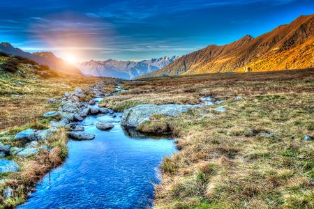Una puesta de sol en la pradera de montaña Foto de archivo
