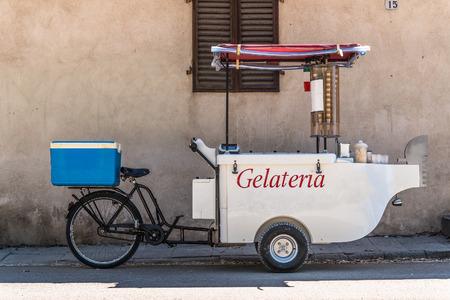 helados: Helado triciclo m�vil Editorial