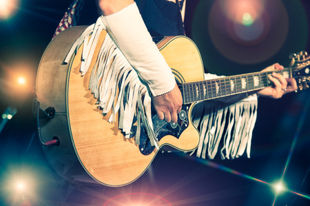 Woman guitarist in the country band 版權商用圖片 - 34591485