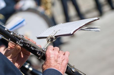 clarinete: hombre toca el clarinete durante una cerimonia religiosa Foto de archivo