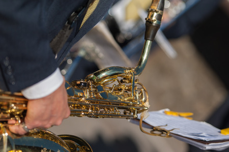 trombon: hombre toca el tromb�n Durante una cerimonia religiosa
