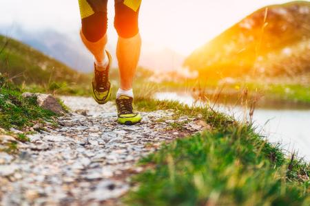 hombres corriendo: Particularmente en los zapatos de un corredor en las montañas