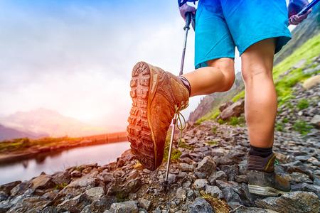 Hiking boot closeup on Mountain trail Foto de archivo