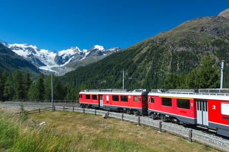 treno espresso: Treno di montagna svizzero Bernina Express attraversa Alpi