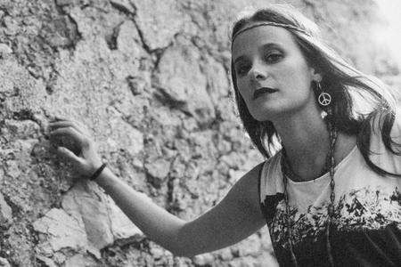 faire l amour: Fille avec boucle d'oreille hippie symbole de paix, faire l'amour pas la guerre. la photographie de style vintage.