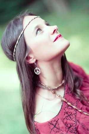 hacer el amor: Chica con el pendiente hippie s�mbolo de paz, no hag�is el amor guerra. Foto de archivo