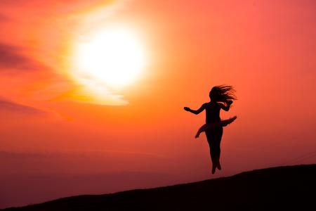 ragazze che ballano: Ballerina in silhouette in solo una danza rosso tramonto