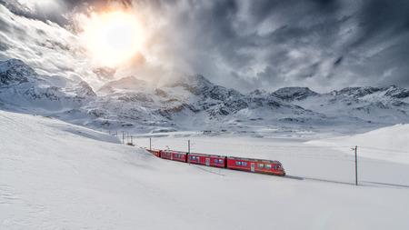 treno espresso: treno di montagna svizzero Bernina Express attraversato attraverso la neve alta montagna