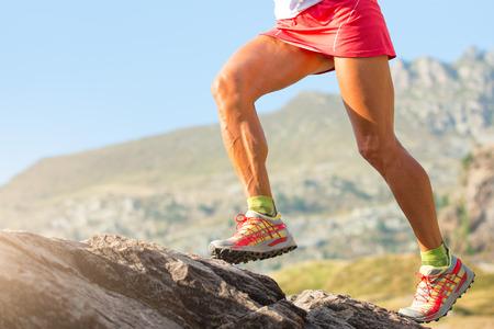 Jambières de la femme skirunner avec des muscles et des veines en action. Banque d'images - 81214646