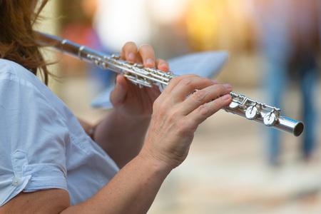 Flute transversale jouée par une fille. Banque d'images