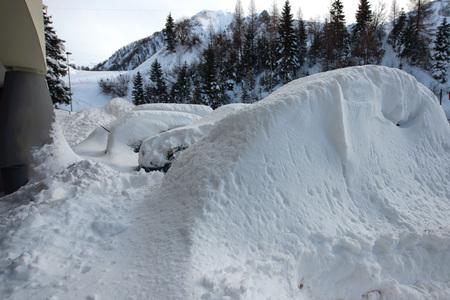Autos bedeckt mit Schnee nach großem Schneefall auf den Alpen Standard-Bild - 93236881