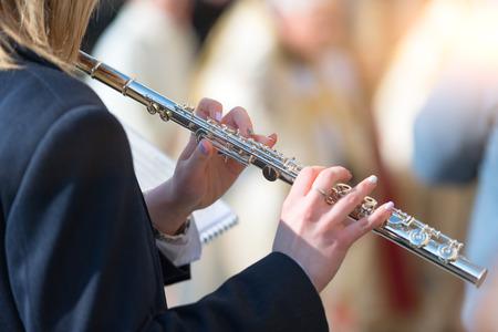 DOSSENA, ITALIE - 23 mars 2018: lors de la procession Madonna di Dossena dans la province de Bergame en Italie. Flûte traversière joue dans le groupe