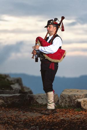 Cornemuse de Bergame. Joueur en costume traditionnel.