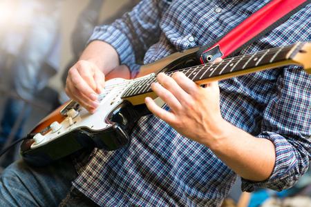 E-Gitarrist einer jungen Gruppe während einer Show