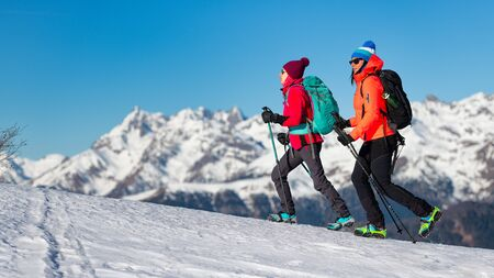 Girls walk with crampons on the snow in the mountains Stockfoto