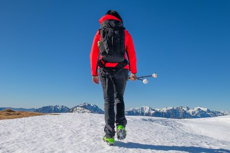 Trekking of a lonely girl on the snow Stockfoto