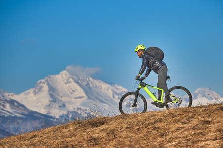 Mountain bike excursion in the mountains on the meadows Stockfoto