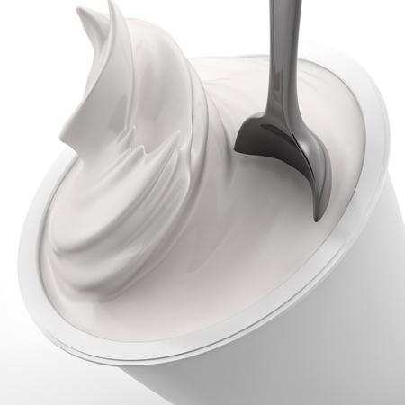 yogurt natural: la prestaci�n de un yogur con una cuchara Foto de archivo