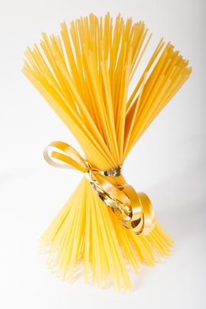 buena salud: Manojo de pastas del espagueti aisladas sobre fondo blanco