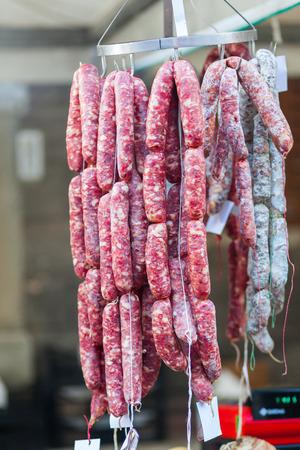 carnes: salchicha en un mercado