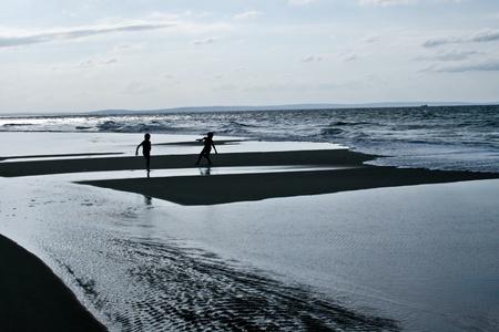játszó gyermekek strand szula.