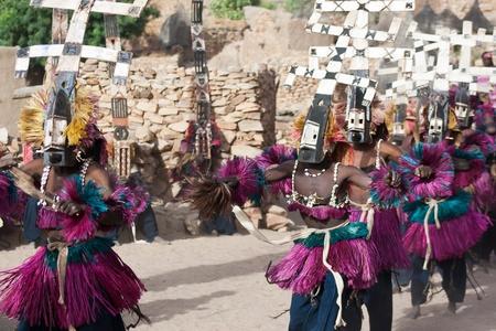 african dance: Los Dogon son mejor conocidos por su mitología, sus bailes de máscara, su arquitectura y escultura de madera. Foto de archivo