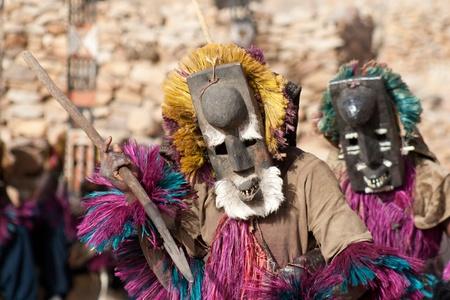 A Dogon a legismertebb a mitológia, a maszk táncot, fából készült szobor és az építészet.