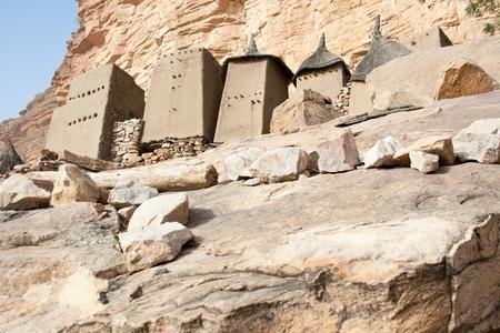 Magtárak egy dogon falu, Mali (Afrika) .A Dogon is legismertebb a mitológia, a maszk tánc, fából készült szobor és az építészet.