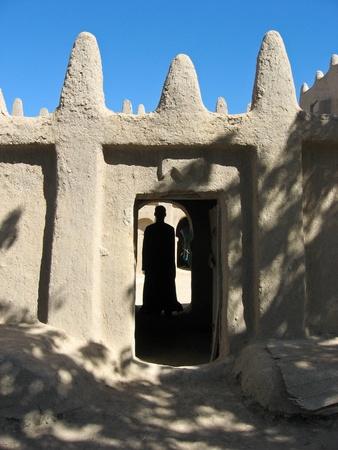 A sár-tégla készül keverékéből agyag, iszap, homok, és vízzel kevert, kötő anyag, mint például a rizs pelyvát vagy szalma. Hagyták őket száraz a nap néhány napig.