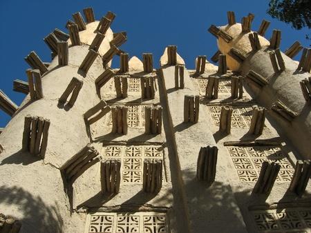 Mud tégla mecset Saba (Mali, Afrika) .A sár-tégla keverékéből készült agyag, sár, homok, és a vízzel kevert, kötőanyag, mint a rizs pelyvát vagy szalma. Hagyták őket száraz a nap néhány napig.