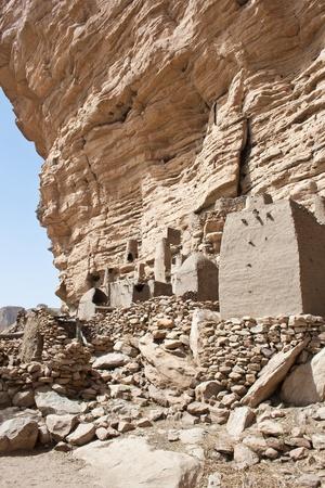 A fő Dogon terület ketté a Bandiagara meredek. A Dogon a legismertebb a mitológia, a maszk táncot, fából készült szobor és az építészet.