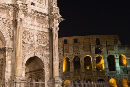 Éjszakai felvétel az Arch Konstantin és Colosseum, Róma.