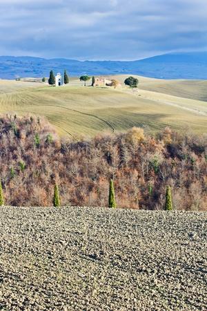 """Toszkán táj télen, Val d'Orcia (Olaszország). A háttérben a kis templom """"Cappella della Madonna di Vitaleta"""". Stock fotó"""
