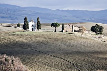 """cappella: Poco iglesia """"Cappella della Madonna di Vitaleta"""", Val d Foto de archivo"""