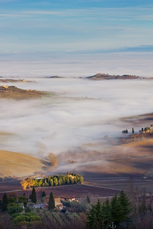 Tuscan landscape in the fog, Montepulciano (Italy).  Banque d'images