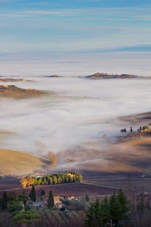 Toszkán táj a ködben, Montepulciano (Olaszország).