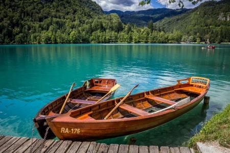 Csónakok a mólón a Bled-szigetre, a Bledi-tó, Szlovénia