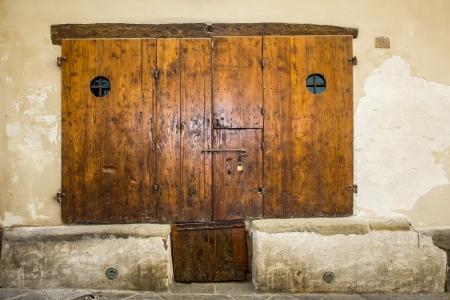 Fából készült régi ajtó történelmi központjában, Arezzo, Olaszország Stock fotó