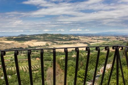 Nézd meg a toszkán táj egy erkély Montepulciano Stock fotó