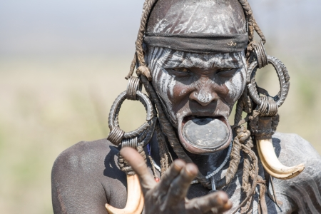 Versierde Mursi vrouw toont haar typische lipplaat, Debub Omo, Ethiopië De Mursi zijn een etnische groep die zuidwestelijk Ethiopië, Afrika bewoont