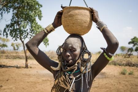 Vrouw van de Mursi etnische groep poseren in haar dorp, Debub Omo, Ethiopië De Mursi zijn een etnische groep die het zuidwesten van Ethiopië bewoont, Afrika Stockfoto