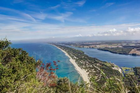 마운트 Circeo, 라치오, 이탈리아의 석회암 절벽에서 해안 모래 스트립과 호수 파울라의 전망