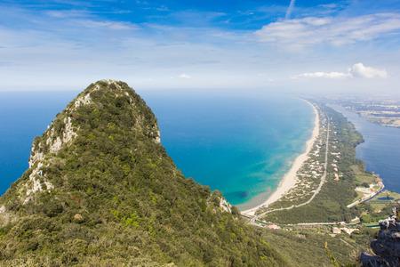 Tekintettel a tengerparti homok szalag és Lake Paola a mészkő sziklák a hegy Circeo, Lazio, Olaszország Stock fotó
