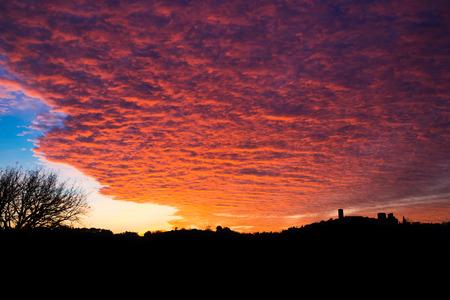 Orange naplementét Colle di Val d39Elsa Toszkána Olaszország. Stock fotó