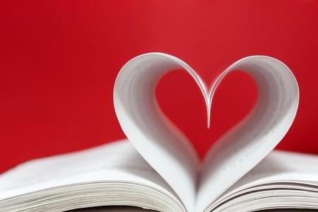 Papier Herzen auf rotem Hintergrund Lizenzfreie Bilder