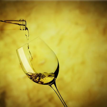 Hin zu einem Glas Weißwein