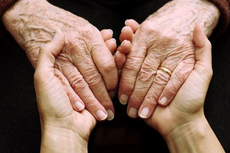 Unterstützung und Hilfe der älteren Menschen