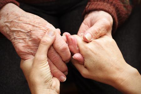 Geben Sie Liebe und Wärme für ältere Menschen Lizenzfreie Bilder