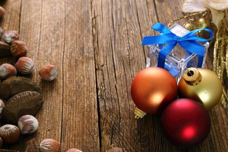 Weihnachtsdekoration und Haselnüssen