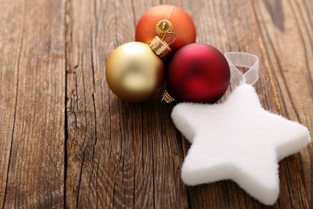 Weihnachtsdekorationen auf Holztisch